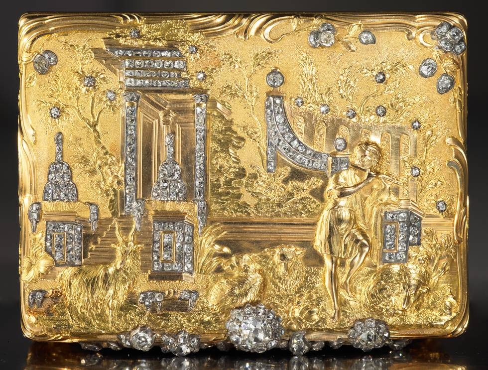 Lid of gold snuff box with diamonds, engraved Apollo herds sheep